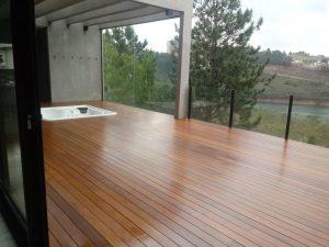Manutenção de deck de madeira no verão e inverno.