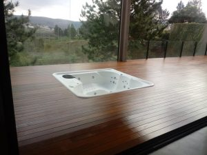 Limpeza em deck de madeira.